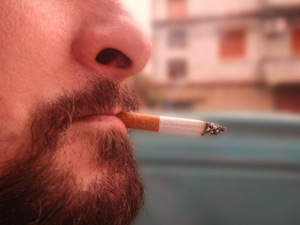 tache noire sur les dents à cause de la cigarette